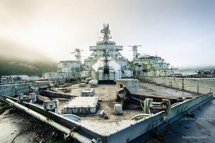 Il s'introduit sur les navires abandonnés de la marine nationale française pour les photographier 14