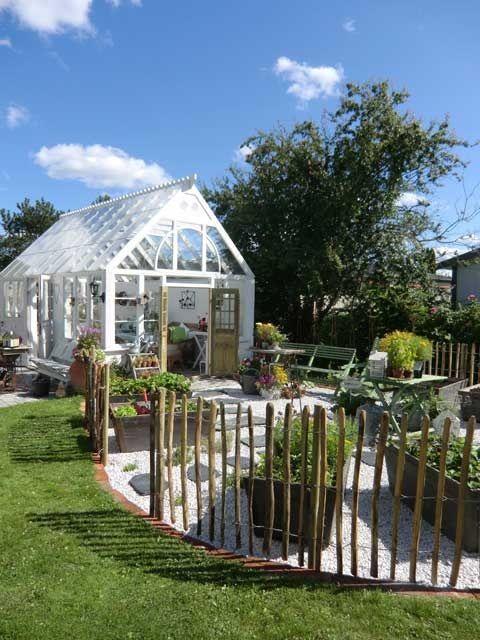 Gillar uteplatsen utanför. Blir mer än bara ett växthus. Och det enkla staketet är lite kul. :)