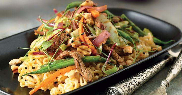 En wok med biff, grønnsaker og nudler. Sitrongress, rød karri og ingefær gir denne retten en thailandsk følelse.