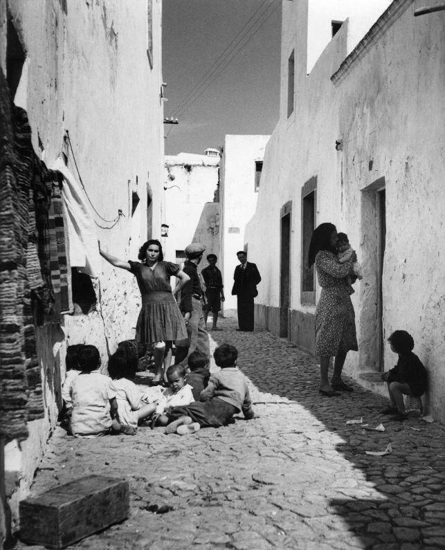 Uma rua de Olhão, no Algarve, em 1940.