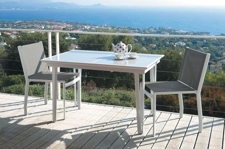 Idéale pour les après-midi ensoleillées #Beaureal vous invite à partager vos repas autour de sa #table #Balcon. Polyvalente, elle pourra s'allonger au grès de vos envies.