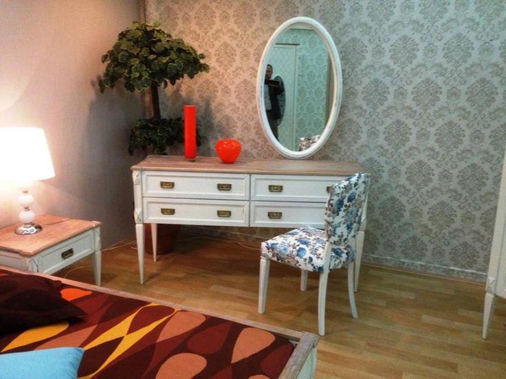 Modern yatak odası takımında şık makyaj masası. #mobilya #dekorasyon #güzelev #ev #koltuk #yatakodası #dekorasyonfikirleri #dekor #evdekorasyonu #mobilyadunyasi #evimgüzelevim #bebekodası #mutfak #salontakımı