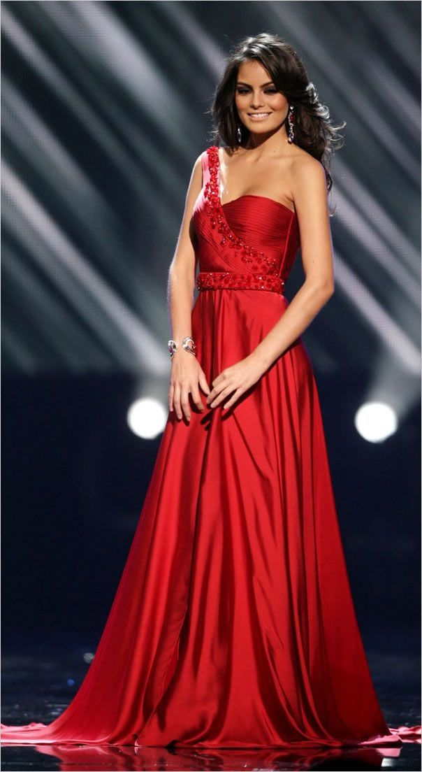 La Miss Universo 2010 Jimena Navarrete en traje de noche durante el certamen