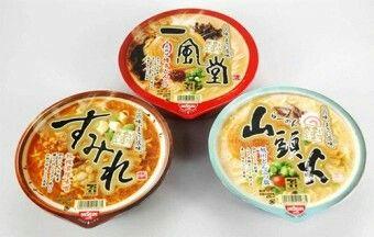 在日本的便利商店除了可以買到一般品牌的泡麵外,還可以買到知名拉麵店所推出的高級版泡麵喔!像是知名拉麵店一風堂、山頭火拉麵等等都有推出泡麵款,在家裡也能享受有別於一般泡麵的超濃郁的湯頭!雖然日本拉麵店也有賣拉麵調理包可以讓消費者帶回家自己煮,但不擅廚藝的小編還是覺得泡麵版本比較方便又不會失敗啦!*小編貼心提醒,一風堂跟山頭火泡麵都是711限定款喔!