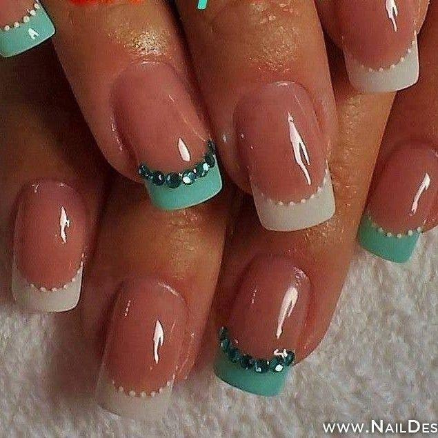 Bellas uñas con manicura francesa en blanco y azul turquesa decoradas con perlas azules y doradas.