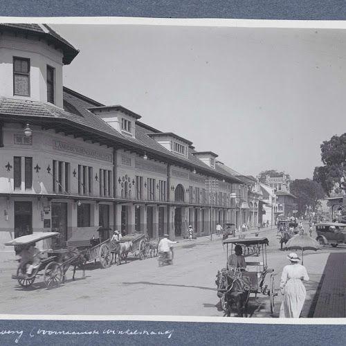 Winkelstraat in Bandoeng met links het pand van 'J.R. de Vries & Co', anonymous, c. 1900 - c. 1920 - Rijksmuseum