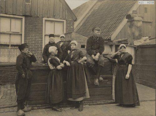 Gezin in zondagse dracht  1935