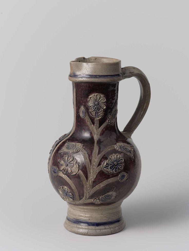 Anonymous | Kan, versierd met blauwe en grijze bloemen op paars fond, Anonymous, c. 1650 - c. 1750 | Kan van steengoed. Grijs met ornamenten in reliëf. Versierd met blauwe en grijze bloemen op een paarse grond.