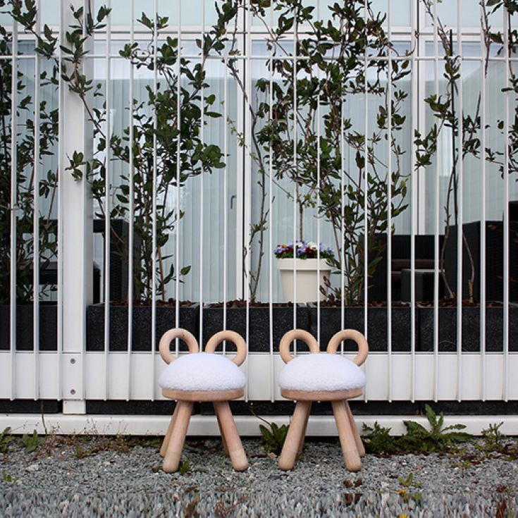 Super sød og skøn børnestol stol formet som et får med imiterede skind fra EO Elements Optimal, designet af af japanske Takeshi Sawada. Får stolen vil pynte på ethvert børneværelset samt i stuen.