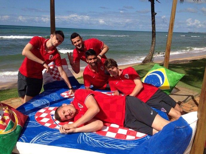 Eduardo da Silva e colegas descansam entre almofadas de Brasil, Croácia e Portugal (Foto: Reprodução / Twitter) (Foto: Reprodução / Twitter)