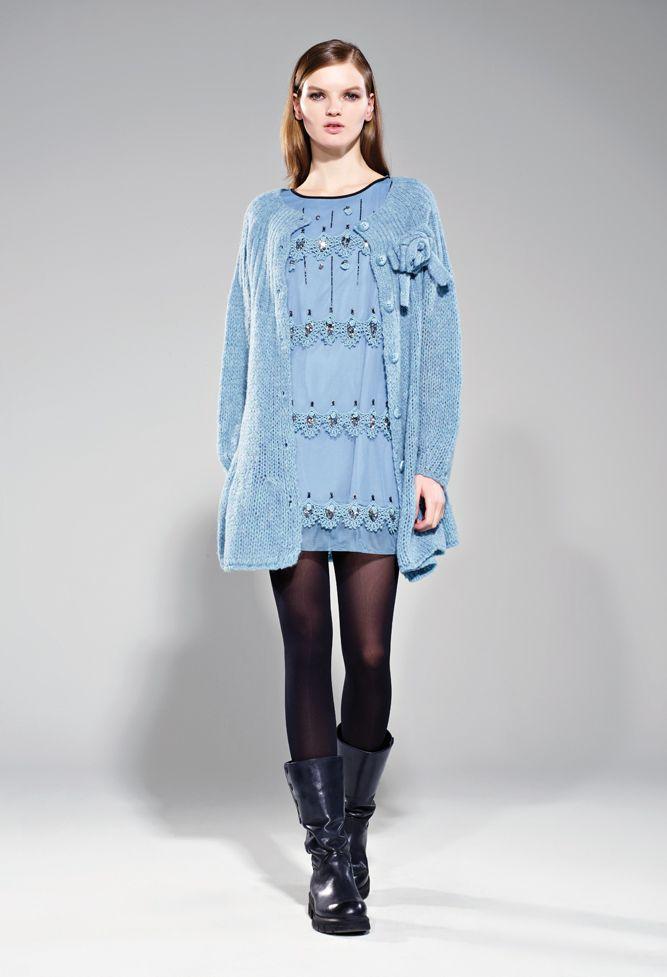 Scopri le ultime collezioni TWINSET Simona Barbieri e acquista on line abiti, cardigan, maglie, borse, scarpe, jeans, costumi e lingerie sul sito ufficiale twinset.com.