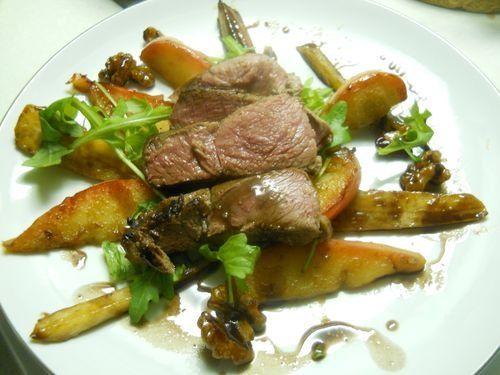"""750g vous propose la recette """"Marcassin, salade chaude aux panais, pommes, noix et sirop de Liège"""" notée 4/5 par 2 votants."""