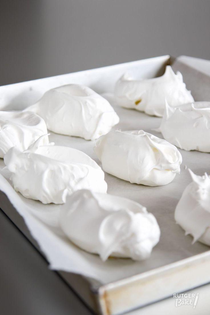 Dit recept voor knapperige meringues van eiwitschuim is makkelijk en lekker.Het wordt gemaakt van Franse meringue, ook wel rauw schuim genoemd.
