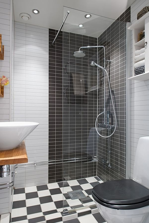 baño con azulejos blancos y negros