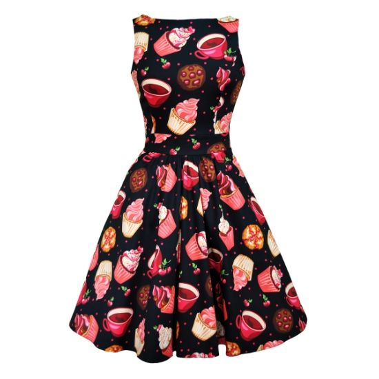 Retro šaty Lady V London Cupcakes Tea Retro šaty ve stylu 50. let. Dokonalý model pro slunečné letní dny - na zahradní oslavy, svatby, večírky pod širým nebem. Nepřehlédnutelný motiv dortíčků, šálků a zmrzliny tentokrát na černém podkladu je prostě kouzelný. Příjemný pružný materiál (97%, 3% elastan), pohodlný střih s lodičkových výstřihem, vzadu lehce vykrojené se zapínáním na zip a vázačkou zajistí skvělé přilnutí k vaší postavě. Můžete doplnit spodničkou v délce nad kolena (23´´).