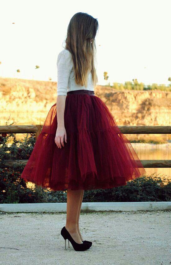 Saia vermelha e camisola branca