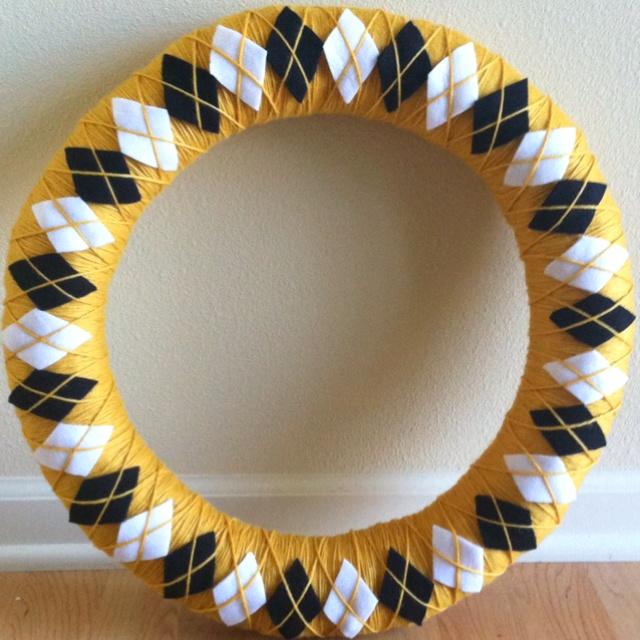 Iowa Hawkeye argyle yarn wreath: Iowa Hawkeye Wreaths, Crafts Ideas, Doors Decor, Gifts Ideas, Argyle Yarns, Ally Secret, Mizzou, Yarns Wreaths, Elles Boards
