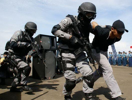 KIBLAT.NET, Bima – Detasemen Khusus 88 Antiteror bersama Kepolisian Resor Kota Bima, Nusa Tenggara Barat, menembak mati satu terduga teroris dan menangkap dua terduga teroris di Kelurahan Penatoi, Kecamatan Mpunda Kota Bima, sekitar pukul 08.00 Wita, Senin, 15 Februari 2016. Hingga pukul 11.00 Wita, Densus 88 masih melakukan penggeledahan di rumah berlantai dua yang berada …