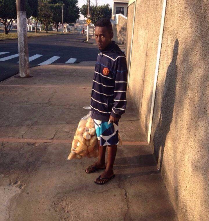Этот парень был задержан в районе скопления наркодилеров с полными карманами денег. При допросе в полиции он заявил, что это деньги на хлеб. Тогда полицейские отвели его в ближайшую булочную.   Вы можете увидеть радость в его глазах.