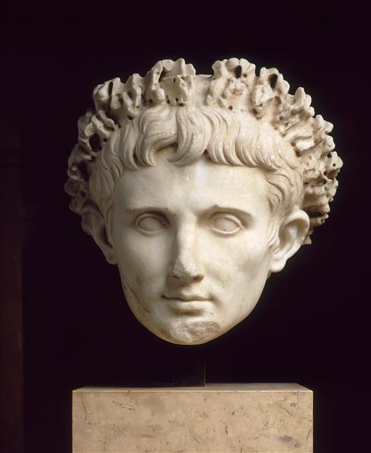 TDO 2 - Portrait posthume de l'empereur Auguste Règne de l'empereur Claude (41 - 54 après J.-C.) Cerveteri Marbre H. : 35 cm. Paris, mdL.