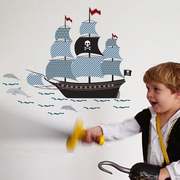 Adorable adhesivo barco pirata que dará un toque original y alegre a la habitación de los niños. Se incluye manual de instrucciones para su colocación. Fabricado en Francia y realizado con tintas ecológicas.