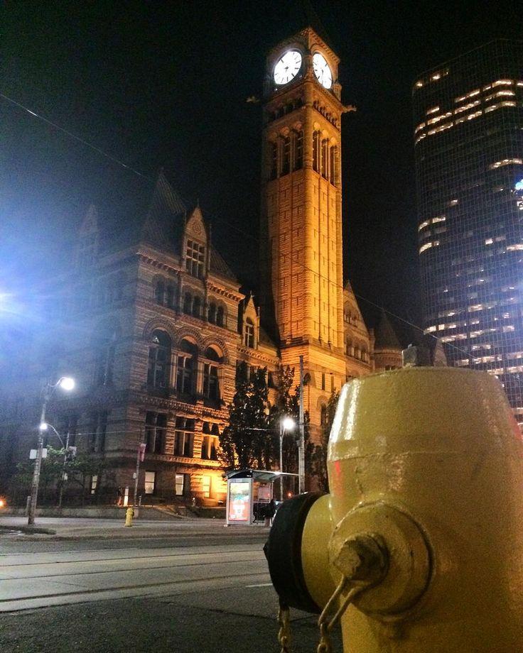 1899年建造 トロント旧市庁舎  飛行機の出発が2時間遅れてホテル到着が夜8時過ぎに  今日は時差ぼけ解消のために睡眠薬でしっかり寝て明日から観光 とりあえずホテルのそばにある建物をポスト彡  #カナダ #トロント #オールドシティーホール #時計台 #オンタリオ #canada #oldcityhall #toronto #torontophoto #toronto_insta #ontario #trip (by tsukka04)