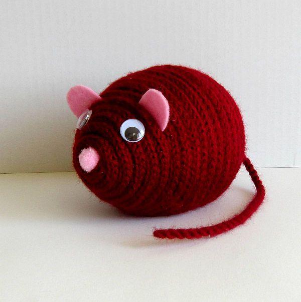 Myšák Emil Dekorační barevný myšák Emil je zhotoven z polystyrenového vajíčka, akrylové příze a plsti. Myšák je vhodný k dekoraci nebo jako hračka pro děti. Rozměry: délka 14 cm, výška 10 cm, délka ocásku:17 cm celá myší školka