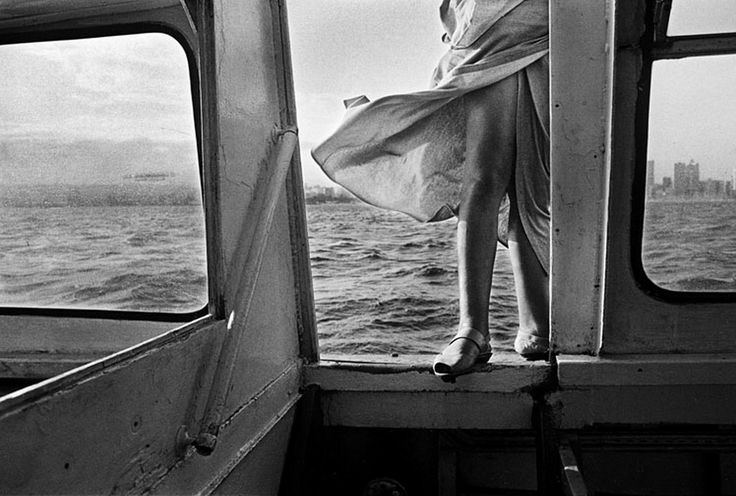 Paul Weinberg. CATCHING THE 'QUICKIE', DURBAN HARBOUR 1996. Archival pigment ink on cotton paper, 42 x 60cm.
