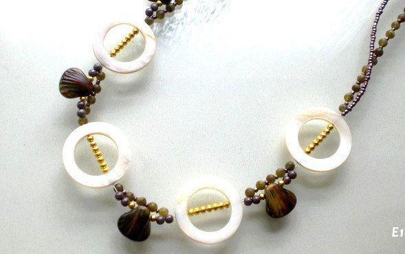 Kette Damen Perlmutt Muscheln Koralle weiß womans necklace white von JaquisaSchmuck auf Etsy