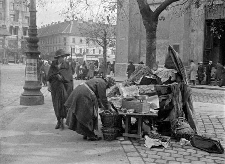 1926 előtt. Gyümölcsárus a Deák téren. Kertész André képe./