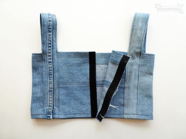 Diy Crop Top Recycling Old Jeans Legs Best Picture For Crop Tops tejido For Your Taste You are looki Diy Clothes Tops, Diy Clothes Videos, Diy Clothing, Clothes Refashion, Diy Crop Top, Crop Top With Jeans, Crop Tops, Balmain, Denim Crafts