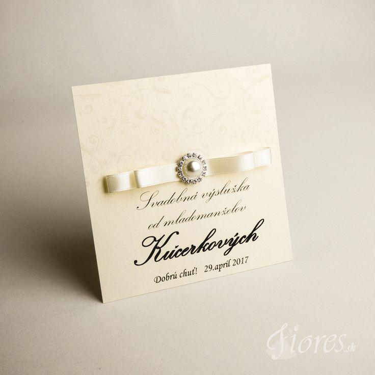 """Luxusné etikety """"Pearl"""" Kvalitné etikety na zákusky z luxusného výkresu v bledokrémovej farbe so zlatými odleskami.  Zdobené sú elegantnou saténovou stužkou v bledokrémovej farbe a luxusnou ozdobou."""