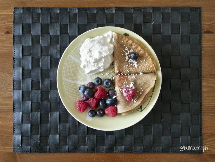 Panqueques con crema y frutas del bosque.
