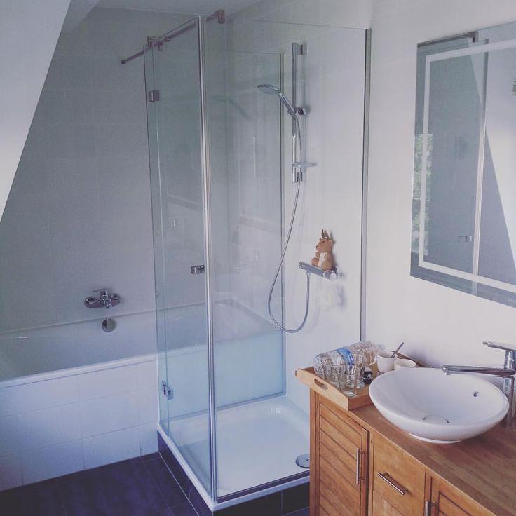 0 vind-ik-leuks, 1 reacties - Interieurglas (@interieurglas) op Instagram: 'Glazen douchegeheel op maat met gelakte zone tegen het bad #douches #glas #maatwerk'