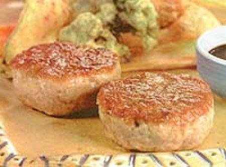 Receita de Hamburguer de atum com tempura e legumes - Hambúrguer de atum, 600 g de atum fresco, 2 colheres (sopa) de gengibre em conserva picado, 2 colheres (sopa) de azeite de oliva, sal e sementes de coentro moídas na hora a gosto, tempura de legumes, 1 abobrinha pequena cortada em tiras finas, 1 cenoura pequena cortada em tiras finas, 4 talos de acelga partidos ao meio, 4 folhas de chicória crespa, 1 ovo, 1/2 xícara (chá) de farinha de trigo, 1 colher (chá) de fermento em pó, 2 xícaras…