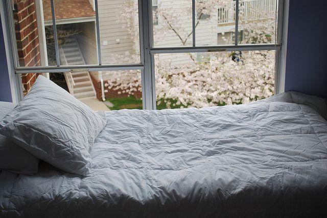 Кровать у окна фото