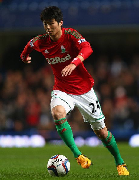 Ki Sung-Yueng Photos - Ki Sung-Yueng of Swansea City in action during the Capital One Cup Semi-Final first leg match between Chelsea and Swansea City at Stamford Bridge on January 9, 2013 in London, England. - Ki Sung-Yueng Photos - 414 of 503