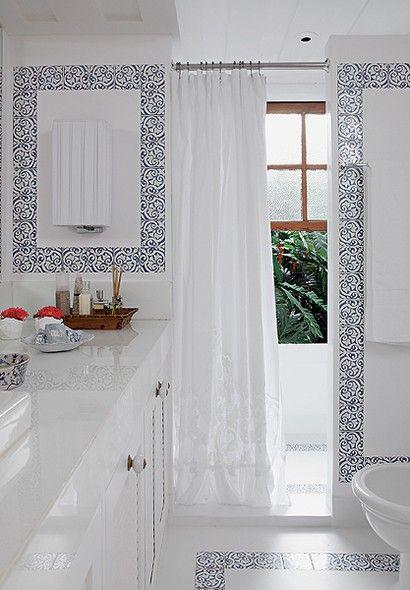 O desejo da moradora era uma decoração leve e natural. Suzana Schermann aplicou cimento queimado branco e pequenos azulejos no banheiro. Uma cortina de renda trazida de viagem completa o ambiente claro