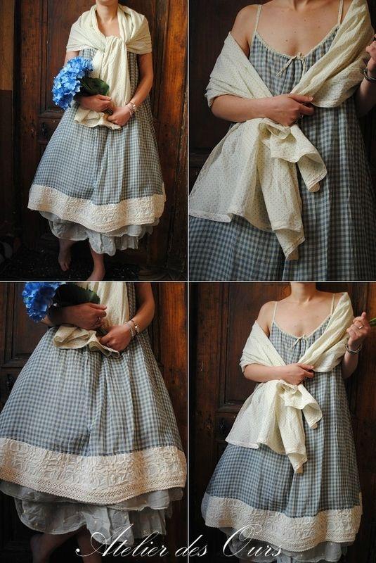 MLLE JUSTINE : Robe à bretelles Vichy bleu, écharpe à pois, jupon en organdi Les Ours