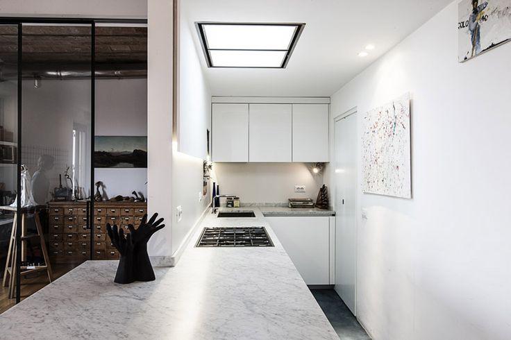 ITA2A > Progetti e Realizzazioni Cucina con pavimento in resina e penisola con piano in marmo