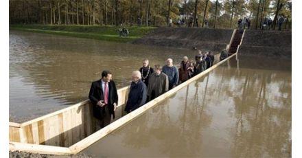 Bergen op Zoom (Halsteren): Moses bridge in water