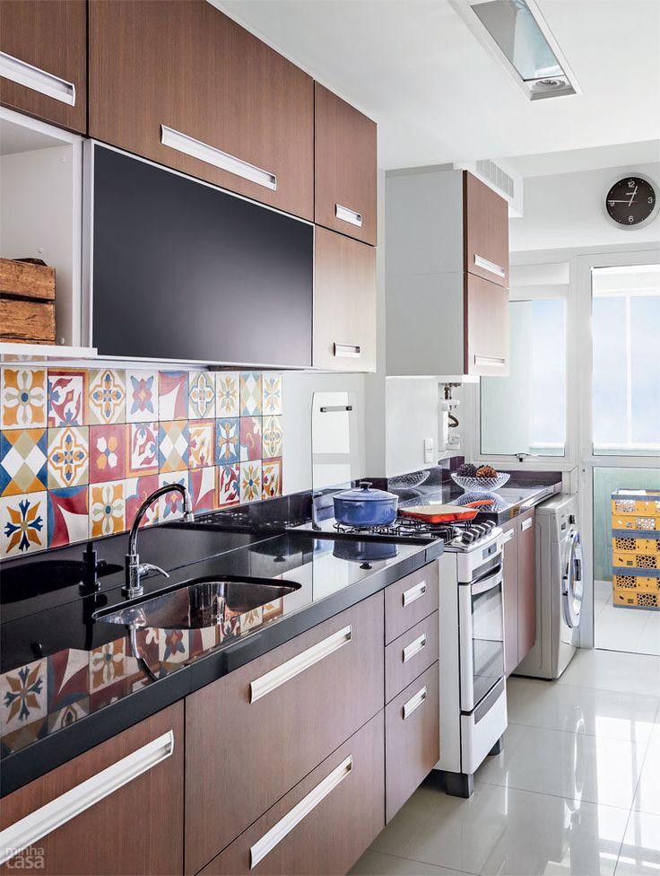 Cozinha combina móveis de madeira e parede de ladrilhos