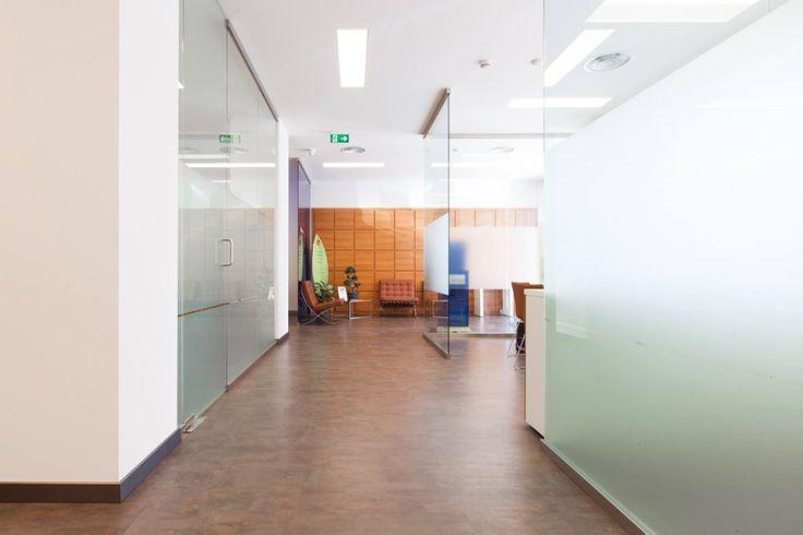 Il progetto di Caporali Contract per IBL Banca è attenzione al dettaglio e al lato umano dell'ufficio: l'esperienza lavorativa e relazionale di operatori e clienti nelle filiali è modellata da spazi accoglienti ed eleganti, sia nei flagship store che nei negozi finanziari IBL Family.
