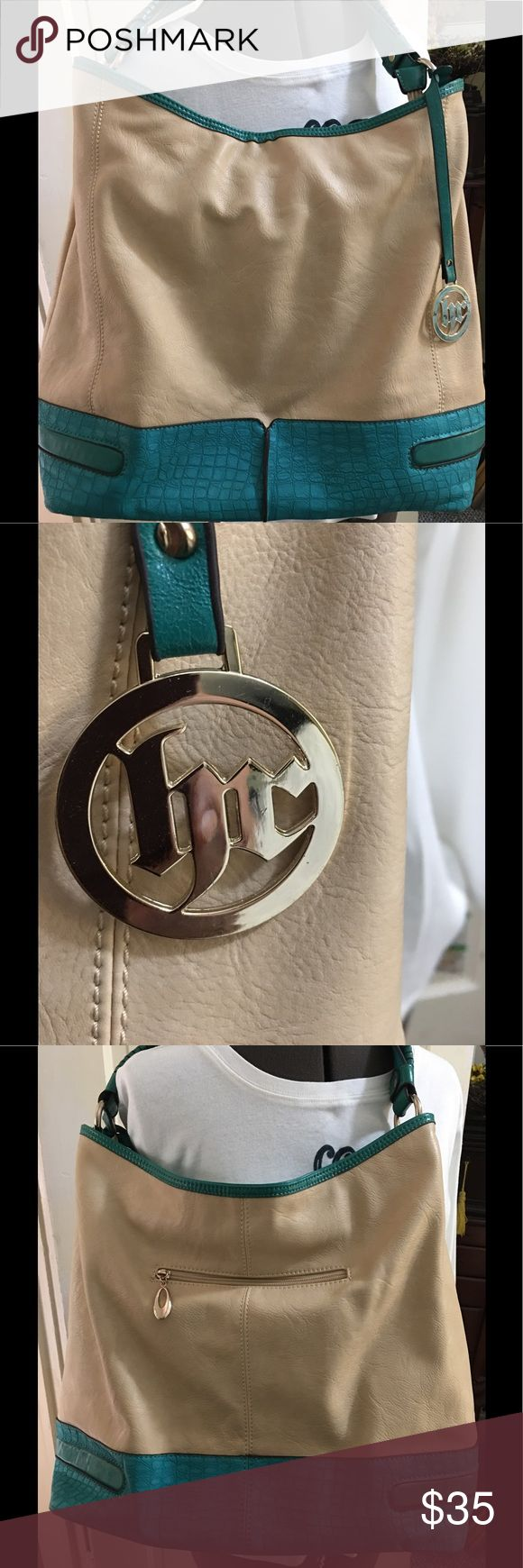 """💖Large Shoulder Bag💖💖 Very large turquoise and tan bag with one outside zippered pocket, two inside zippered pockets and two inside open pockets. Strap has an 8 1/2"""" drop which is NOT adjustable.            This bag was purchased at a handbag outlet company in Las Vegas....and had no brand name at time of purchase. Bags Shoulder Bags"""