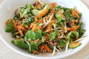 Vandaag een salade als makkelijke mee neem lunch. Het is immers zomer! Het recept is vrij van gluten, koemelk en suiker. Tevens is het vegetarisch/veganistisch. Onderaan het bericht deel ik de links naar de vorige recepten van de makkelijke meeneem lunch. Voor 2 personen of 2 porties Wat heb je nodig? 1/2 Komkommer halve maantjes …