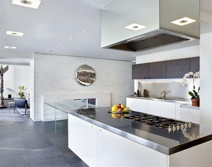 Küche Mit Marmorwand, Glastisch, Riesengroße Abzugshaube, Wanddeko Aus  Metall, Spiegel