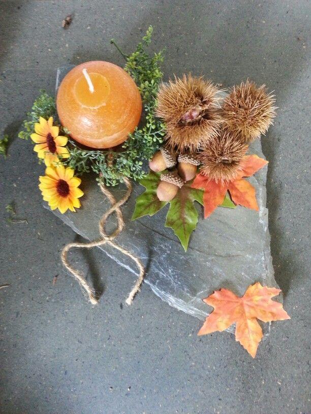 Herbstdeko auf schieferplatten