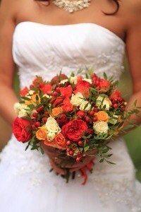 Яркий осенний букет невесты. Пионовидная роза. Кустовая роза. Ягоды. Wedding bouquet. Wedding flowers.