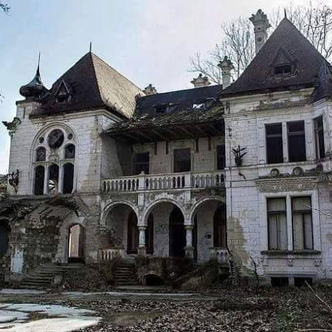 Abandoned. 💔Breaks my heart to see a great structure go to waste.