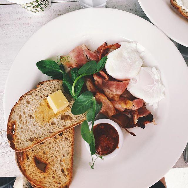 WILLOW BREAKY  BAAAACON & Poacheeeed Eggs ✌️ Willow & Spoon, Wilston  Just how I likeeeee IT!  Delish ☀️ CUTE INDOORS & OUTDOORS  Great ATMOSPHERE! @willowandspoon #willowandspoon #wilston #brisbanebreakfast #eggs #avo #bacon
